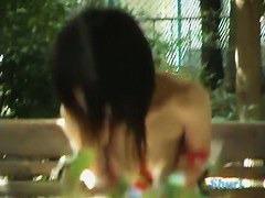 公園のベンチに座ってるギャルの服を引き下げておっぱいポロリさせる