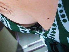 胸元のほくろがセクシーなお姉さんの貧乳を隠し撮り