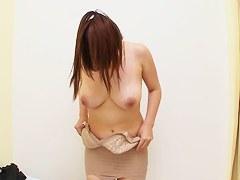 ぽっちゃり体型の人妻が矯正下着を試着する様子を盗撮
