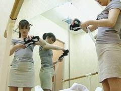 女子大生バレリーナがバレエ教室の更衣室で着替える