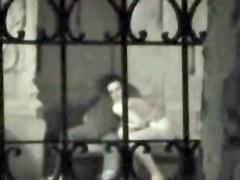 un voyeur filme ses voisins entrain de baiser