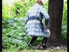 Woman pisses outdoor and flashes the horny butt view
