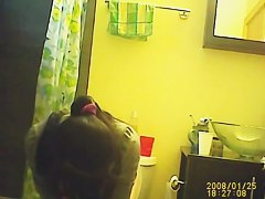 Amateur teen flashed her butt while pissing on toilet