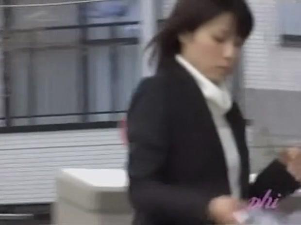 Japanese businesswoman loses a skirt during street sharking.