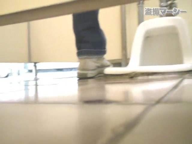 Girls piss in the toilet bowl and show thieir butts